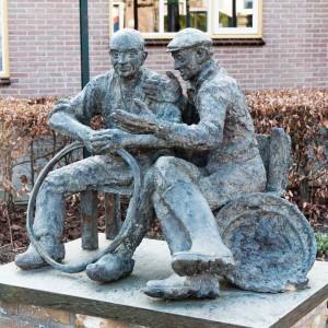 De_hoepmaker_en_de_visser_brons_Werkendam_MarijkeADeege_low