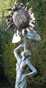 Posing_under_the_sunflower2_brons_MarijkeDeege_low
